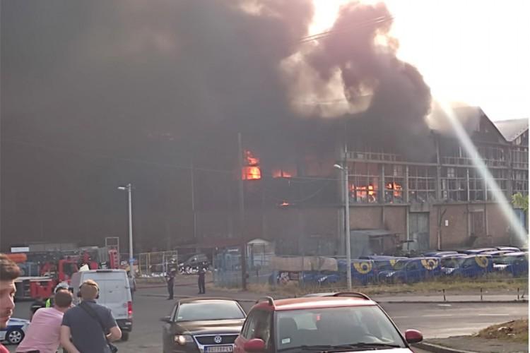 Izbio veliki požar: Planuo magacin u Luci Beograd