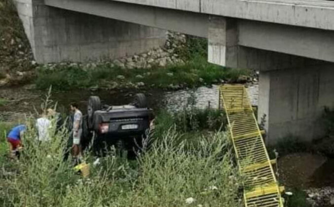 Automobil probio ogradu na mostu i sletio u korito rijeke