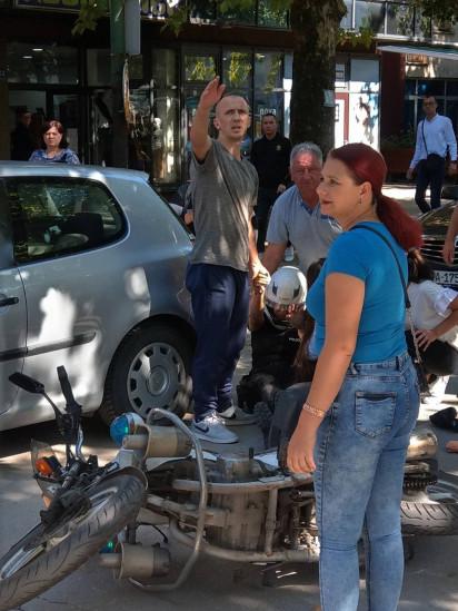 Policajka pala sa službenog motocikla, građani joj pritekli u pomoć