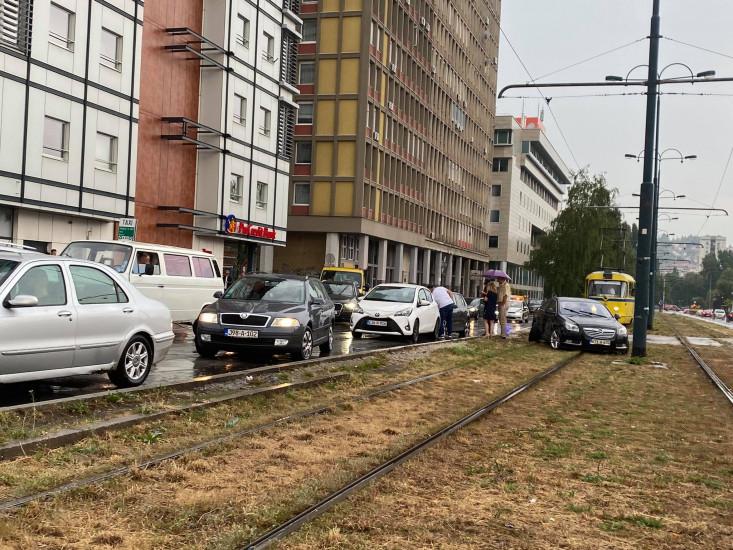 Udes kod Američke ambasade: Učestvovala tri vozila