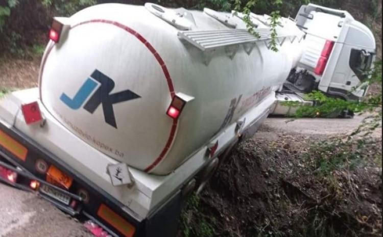 Obustavljen saobraćaj kod Tešnja: Cisterna proklizala s ceste