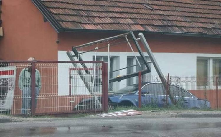 Automobil sletio u dvorište porodične kuće, polomio ogradu i reklamni pano